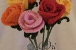 Rose per vaso lavorate a uncinetto in cotone