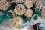 Rose realizzate in cotone laminato oro