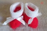 Scarpe di Natale per un neonato con nastrino bianco