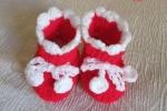 Scarpe di Natale per un neonato con pon pon