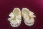 Scarpine bebè con fiocco e perline dorate fatte a mano