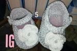 Scarpine da neonato all'uncinetto con fiore bianco