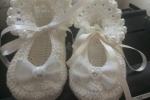 Scarpine neonato lavorate all'uncinetto con perle