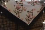 Scialle bianco con fiori rosa e frange nere