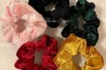 Scrunchies di colori differenti, realizzati in ciniglia