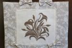 Set cucina ricamato a punto croce  in tessuto ecrù con roselline bianche
