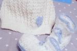 Set neonato: berretto e scarpine in lana bianca con cuori celesti