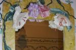 Specchio in legno dipinto e decorato con fiori di carta
