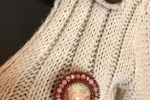 Spilla stile vintage cabochon con una piccola rosa