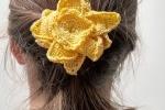 Spilla Un fiore tra i capelli colore giallo