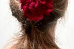 Spilla Un fiore tra i capelli colore rosso scuro