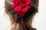 Spilla Un fiore tra i capelli colore rosso