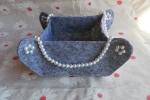 Svuota tasche in feltro grigio con perle bianche