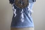 T-shirt con acchiappasogni sul retro.