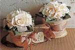 Vasi di rose bianche realizzati a mano con la corda