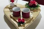 Vassoio a forma di cuore in legno con set da caffè e decorazioni