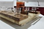 Vassoio in legno con bicchierini per alcolici